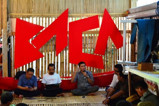 Asri Anas menyampaikan pemikirannya mengenai gerakan literasi di Sulawesi Barat dalam diskusi di Nusa Pustaka Selasa 8 maret 2016. Foto Urwa