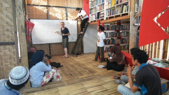 Diskusi mahasiswa Universitas Sulawesi Barat bersama sejarawan dari Belgia, David Van Reybrouck