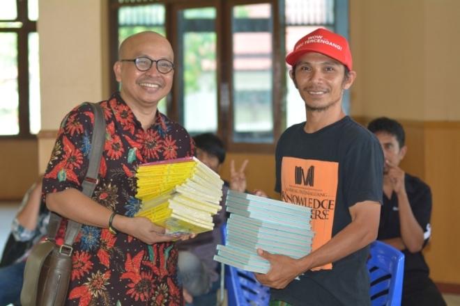 Maman Suherman yang akrab disapa Kang Maman adalah salah satu tokoh yang banyak membantu mengenalkan gerakan literasi Armada Pustaka di Jakarta